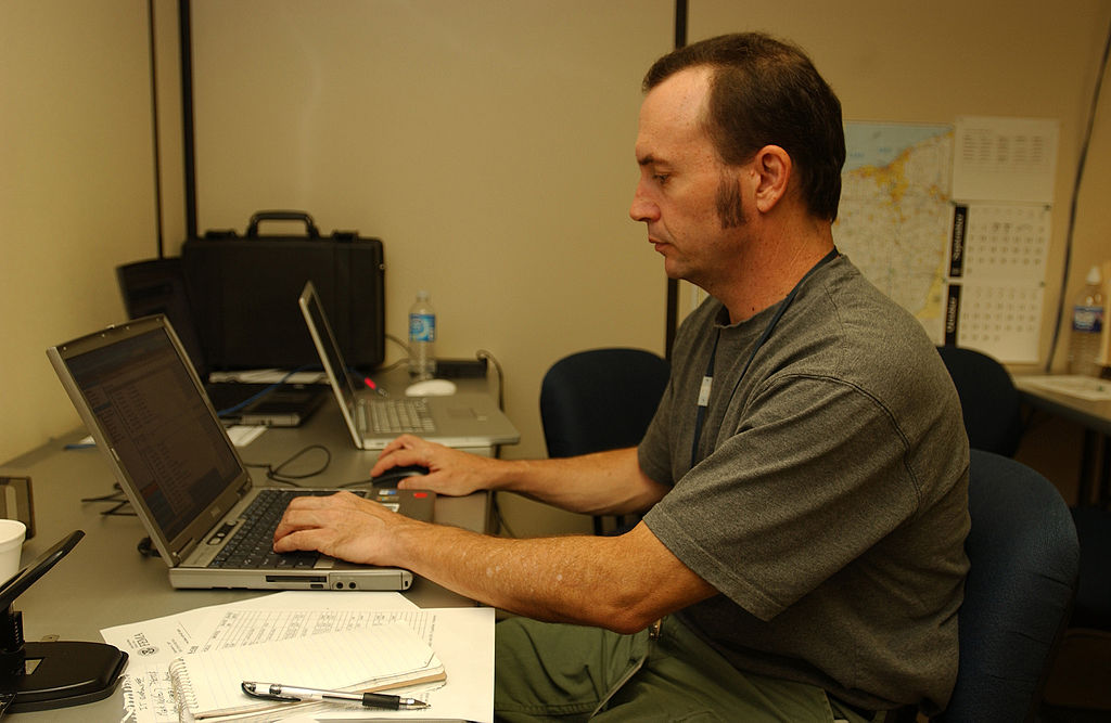 1024px-FEMA_-_32323_-_FEMA_photographer_Mark_Wolfe_working_at_a_computer_in_Findlay,_OH_JFO